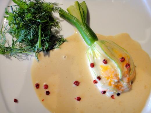 花付きズッキーニで包んだ魚介のムース