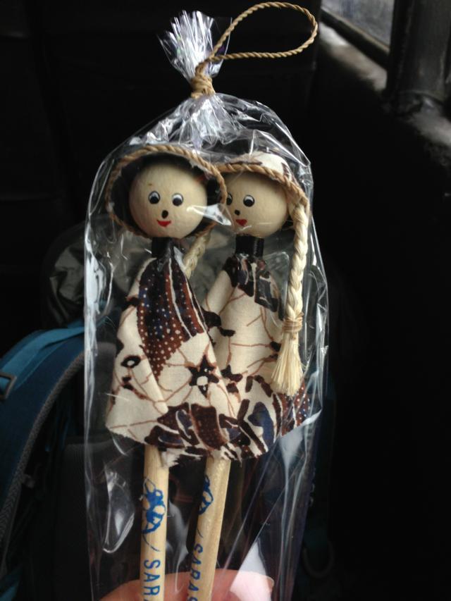 """""""民族衣装を着た人形の鉛筆@サラスワティボロブドゥールホテル</p"""