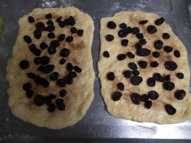 フィーリングの溶かしバターをハケで塗って、レーズンを乗せます。