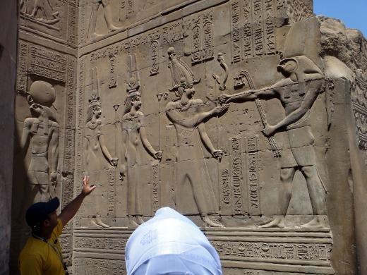 オム・コンボ神殿(ホルス神とオリシス神が王に生命を与えるレリーフ)
