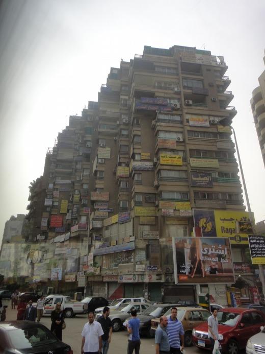 """""""看板いっぱいのマンション</p"""