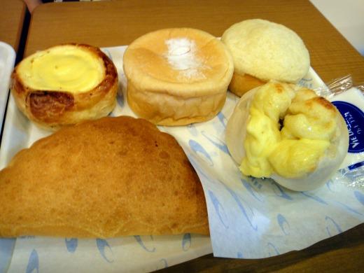 """""""チーズやりんごが入ったパンや、左手前の大きな半円のパンはピザで中がトロトロのチーズとトマト</p"""