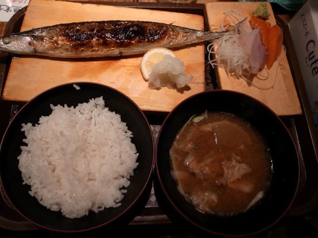 """""""焼きさんまと刺身定食@根室食堂</p"""