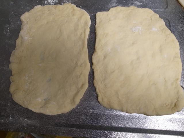 発酵が済んだ生地を2個に分けて、できるだけ薄〜く広げます。