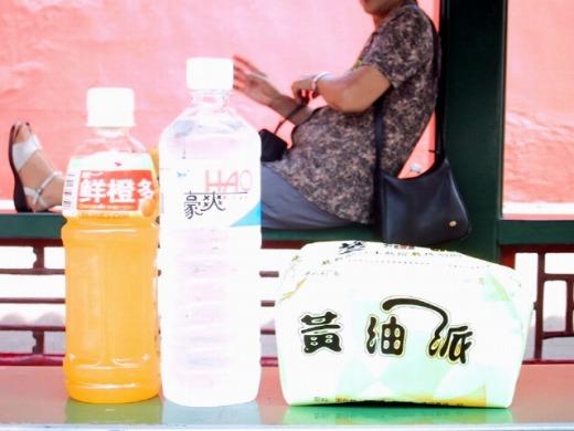 売店で水3元(45円)ジュース5元(75円)パン3元(45円)